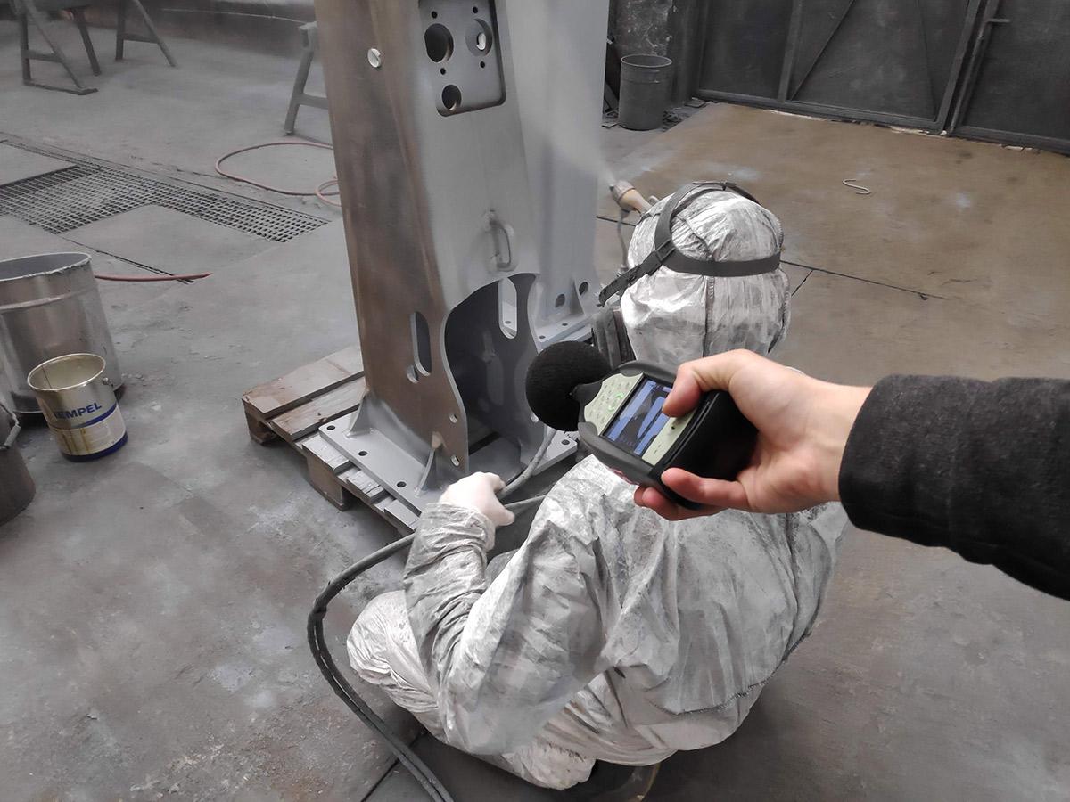 Meranie hluku počas farbenia kovových výstuží