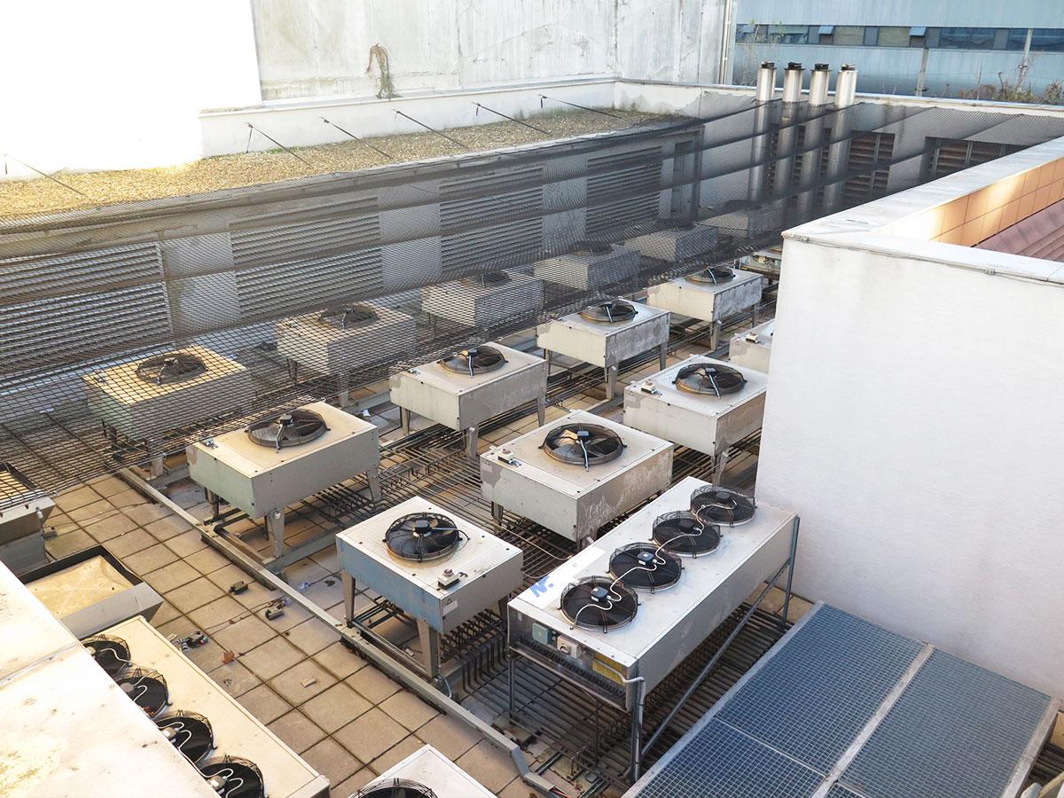 Meranie hluku z klimatizačných jednotiek umiestnených na streche v blízkosti obytných budov