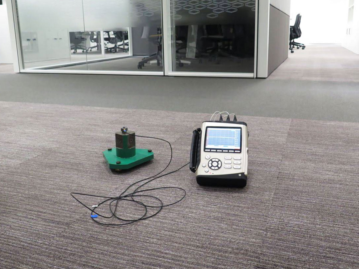 Meranie vibrácií v kancelárskych priestoroch