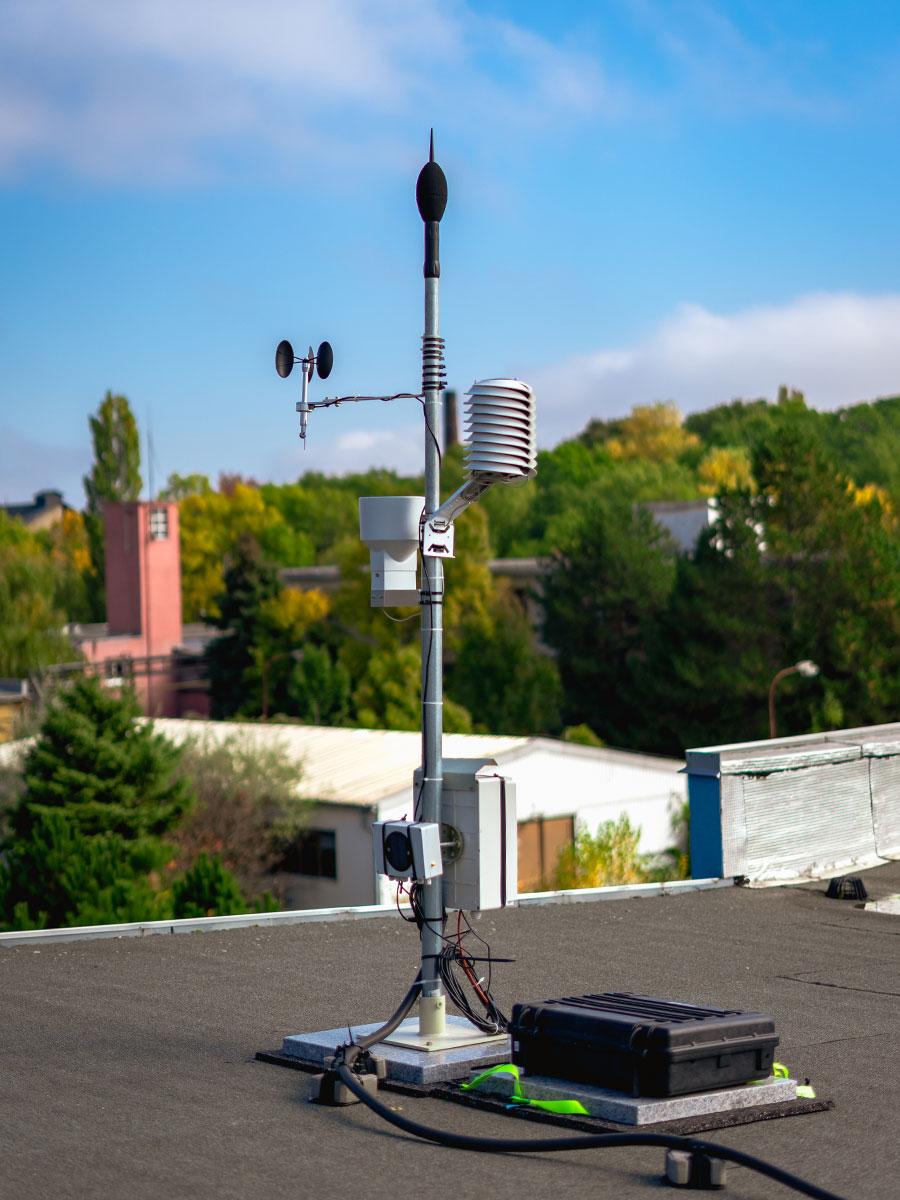Monitorovacia stanica - vonkajší mikrofón, zrážkomer, vetromer a meteo stanica